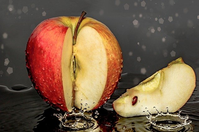 can dogs eat apple cores